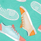 Bezszwowy wzór z sneakers, odciskami stopy i kwiatami, Obrazy Stock