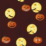 Bezszwowy wzór z twarzami, pająkiem, księżyc i nietoperzem na zmroku pomarańczowe Halloweenowe banie rzeźbiącymi, - czerwony tło ilustracja wektor