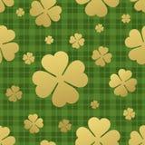 Bezszwowy wzór z złotym koniczynowym liściem dzień św patricks tło również zwrócić corel ilustracji wektora Obraz Royalty Free