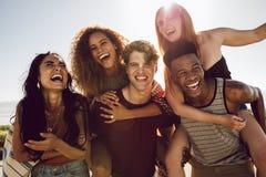 Beztroscy przyjaciele cieszy się weekend wpólnie zdjęcia royalty free