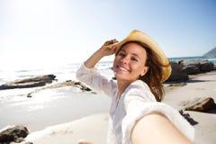 Beztroska dama na wakacje przy plażowym bierze selfie Zdjęcia Stock