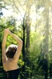 Beztroska dziewczyna z nastroszonymi ręka stojakami na natury tle Obrazy Stock