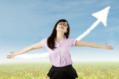Beztroska kobieta świętuje jej sukces w naturze Zdjęcie Stock