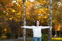 Beztroska kobieta cieszy się życie Obraz Royalty Free