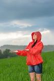 Beztroska młoda dziewczyna cieszy się dżdżystą pogodę Obrazy Royalty Free