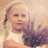 Beztroska młoda dziewczyna z kwiatami Obrazy Royalty Free