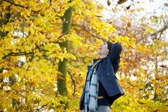 Beztroska młody człowiek pozycja na zewnątrz przyglądający up Fotografia Royalty Free