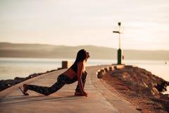 Beztroska spokojna kobieta medytuje w naturze Znajduje wewnętrzny pokój Joga praktyka Duchowy leczniczy styl życia Cieszyć się po zdjęcie stock