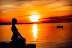 Beztroska spokojna kobieta medytuje w naturze Znajduje wewnętrzny pokój Joga praktyka Duchowy leczniczy styl życia Cieszyć się po zdjęcia royalty free