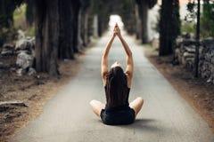 Beztroska spokojna kobieta medytuje w naturze Znajduje wewnętrzny pokój Joga praktyka Duchowy leczniczy styl życia Cieszyć się po obraz stock