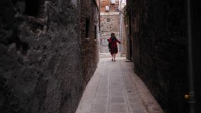 Beztroski żeński turysta z kapeluszem w ręka bieg w Venice jard zbiory wideo
