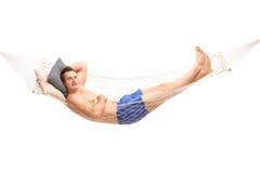 Beztroski bez koszuli mężczyzna lying on the beach na hamaku Zdjęcia Royalty Free