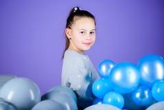 Beztroski dzieciństwo Wszystkie tamte balony dla ja Szczęście pozytywu emocje Prześladujący z lotniczymi balonami dziecka ojca za fotografia stock