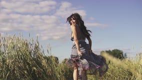 Beztroski dziewczyna bieg przez poly spojrzenia wokoło, uśmiechy przy kamerą i Portret młoda kobieta w słomianym kapeluszu zbiory