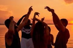 Beztroski energiczny przyjaciół tanczyć całonocny na plaży fotografia stock