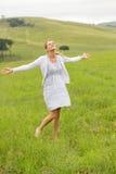 Beztroski kobieta obszar trawiasty Obrazy Royalty Free