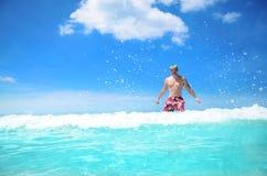 Beztroski mężczyzna cieszy się jasną tropikalną wodę Zdjęcie Stock
