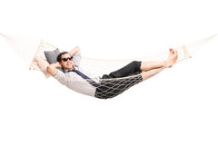 Beztroski młody biznesmena lying on the beach w hamaku Fotografia Stock