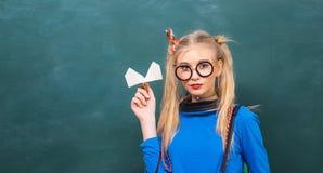 Beztroski nastolatek Modny blondynki dziewczyny chalkboard t?o tylna szko?y Eleganckiego szkolnego ucznia nowo?ytna dziewczyna ?l obrazy stock