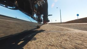 Beztroski rowerzysta szybko iść wzdłuż niekończący się autostrady zbiory wideo