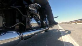 Beztroski rowerzysta szybko iść wzdłuż niekończący się autostrady zdjęcie wideo
