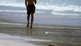 Beztroski spacer na plaży zdjęcie wideo
