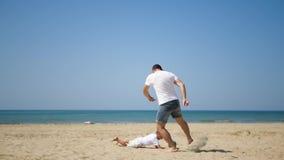 Beztroskiego Latynoskiego ojca syna biała odzież bawić się piłki nożnej balowej gry drużyny wakacje letni plażę zdjęcie wideo