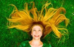 beztroskiej trawy włosiana szczęśliwa radosna kobieta Fotografia Royalty Free
