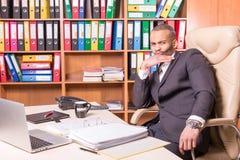 Bezweifeln des afrikanischen Managers im Büro Lizenzfreie Stockfotos