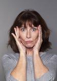 Bezweifeln Sie und überraschen Sie Konzept für schöne Frau 50s Stockbild