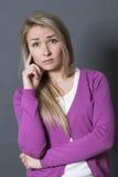 Bezweifeln Sie und sorgen Sie sich Konzept für entmutigte Frau 20s Stockbilder