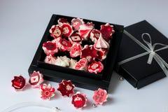 Bezy menchia z czerwienią kwitnie w czarnym pudełku obrazy stock