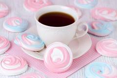 Bezy w pastelowych kolorach z filiżanką kawy i różowym serviette Zdjęcie Royalty Free