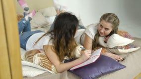 Bff休闲通信青少年女孩谈话 股票录像