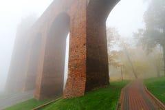 Bågar av det Kwidzyn slottet i dimma Arkivfoton