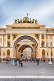 Båge av byggnaden för allmän personal, St Petersburg, Ryssland Royaltyfri Bild