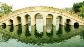 Bågebro för traditionell kines i forntida kinesträdgård, asiatisk klassisk ärke- bro i Kina Arkivbild