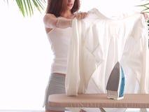 Bügeln eines Hemdes Lizenzfreie Stockfotos