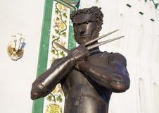 Bügeln Sie Statue des Charakter Vielfrasses von X-Men nahe Wand vom Kreml in Izmailovo Stockfotografie