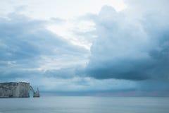 Bågen i havet i Normandy seglar utmed kusten i Frankrike Arkivfoto