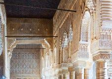 Bögen und Spalten des Gerichtes der Löwen in Alhambra Lizenzfreies Stockbild