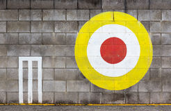 Bågskyttemålet på betongväggen Royaltyfri Foto