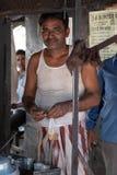 Bhadarsa, Uttar Pradesh/Índia - 2 de abril de 2019: O homem local de chai levanta para uma foto durante a precipitação da manhã foto de stock