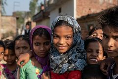 Bhadarsa, Uttar Pradesh/Índia - 2 de abril de 2019: Um grupo de meninas levanta para uma foto fora de sua vila fotografia de stock