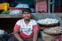Bhadarsa, Uttar Pradesh/India - 2 April, 2019: Een jongen stelt voor een foto in de plantaardige box van zijn familie in Bhadarsa stock afbeelding