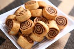Bhakarwadi, Crispy smażący ciasto ruszać się po spirali, Pinwheel ciastka fotografia stock