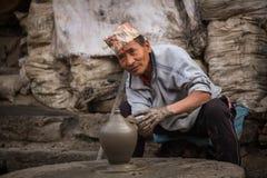 BHAKTAOUR,尼泊尔-工作在他的瓦器车间的尼泊尔人 免版税库存图片
