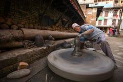 BHAKTAOUR,尼泊尔-工作在他的瓦器车间的未认出的尼泊尔人 库存图片