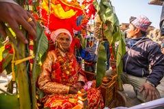 BHAKTAPUR,尼泊尔-在生日庆祝一家之主的孩子期间 库存图片