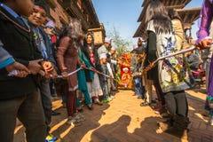 BHAKTAPUR,尼泊尔-在生日庆祝一家之主的未认出的孩子期间 图库摄影
